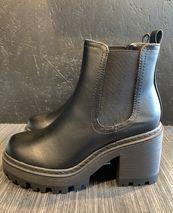 Fuzzy boots svartir