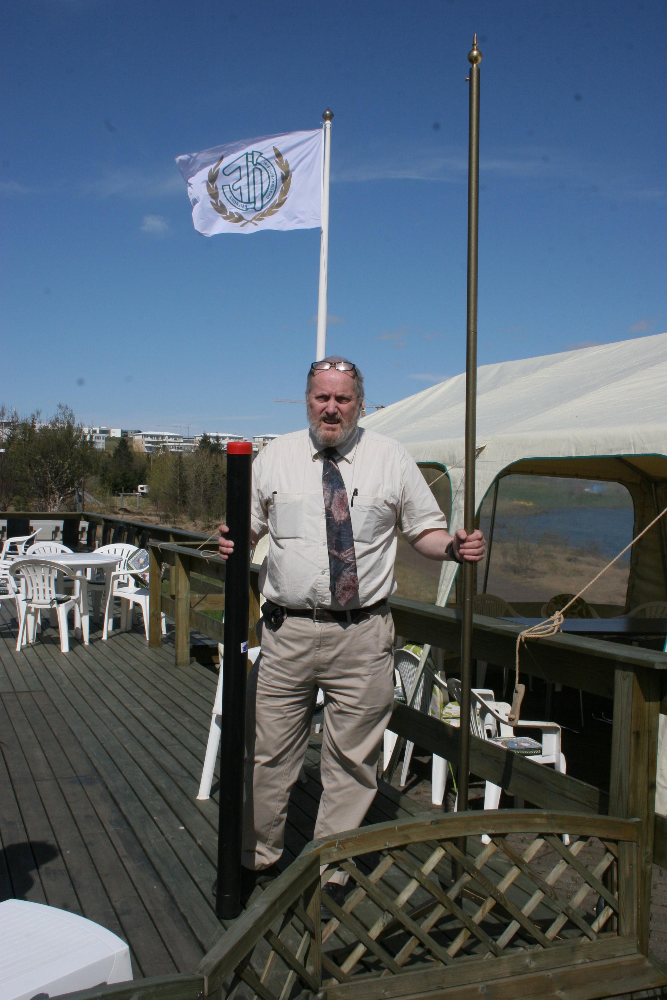 Jósep Sigurjónsson þáverandi formaður Akurs á Akureyri kemur færandi hendi á 30 ára afmæli Íþróttasambands fatlaðra árið 2009 (Mynd/Jón Björn)