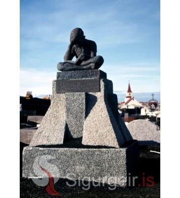 Minnisvarði um Sigurbjörn Sveinsson.