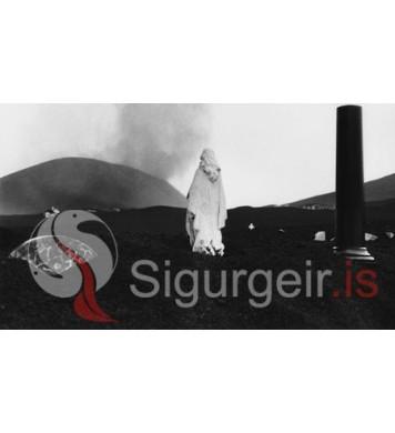 Kirkjugarðurinn í gosinu.
